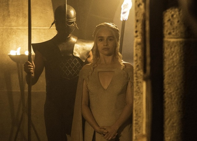 Daenerys-walks-to-Hizdahrs-prison-cell-Official-HBO-cropped